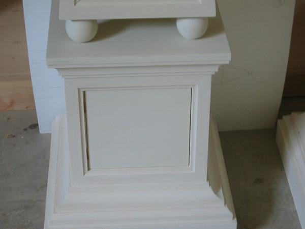 Comodino obelisco in legno